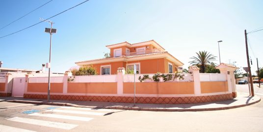 Bright and airy detached villa in Cala Flores
