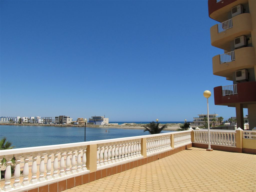 Modern one bedroom only 50m from the beach